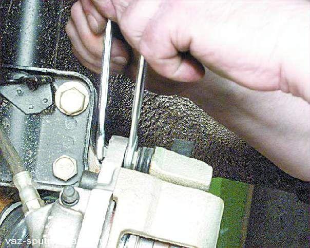 Замена передних тормозных колодок на ваз 21099 своими руками